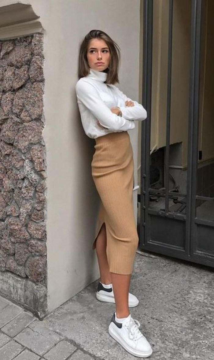 Jean mi-longue à taille haute, tenue chic avec baskets blanches, casual mode, savoir s'habiller bien