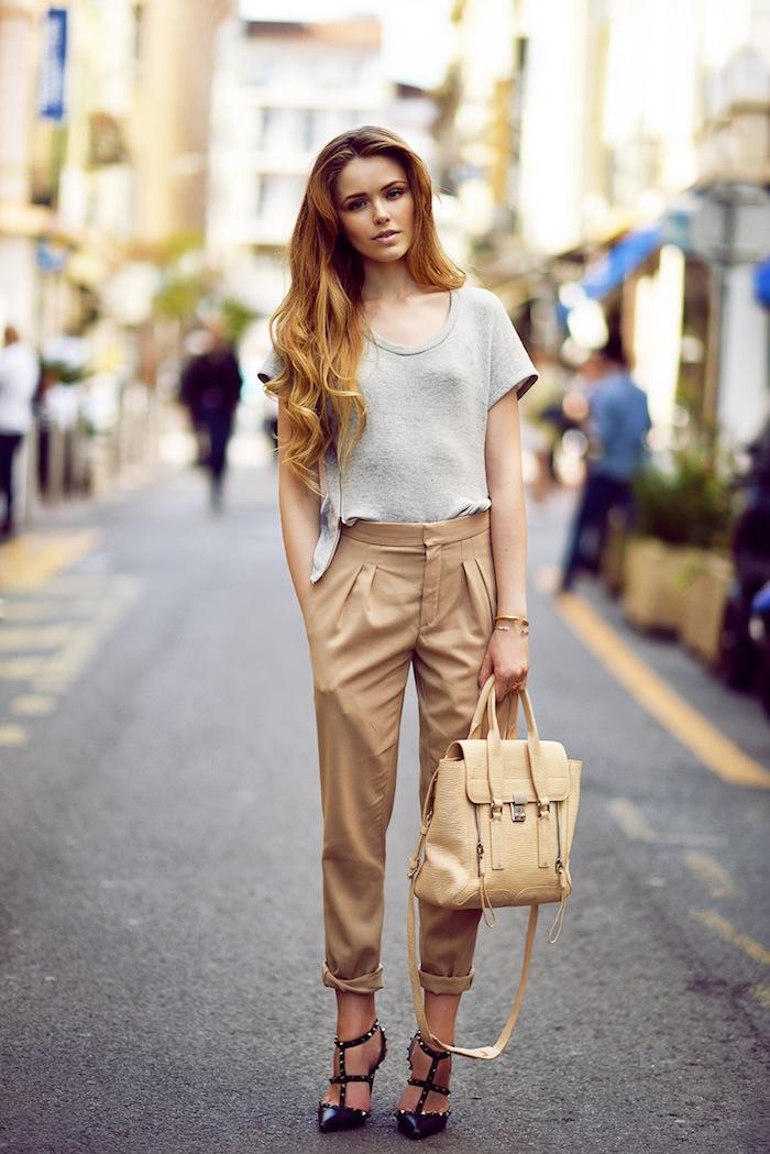 T-shirt gris décontracté, pantalon camel et chaussures à la mode, casual chic femme, tenue chic moderne, tendances été 2019