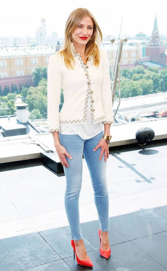 Veste blanche Chanel evenement Cameron Diaz avec son style casuel chic, chaussures rouges à talon, jean et t-shirt blanche