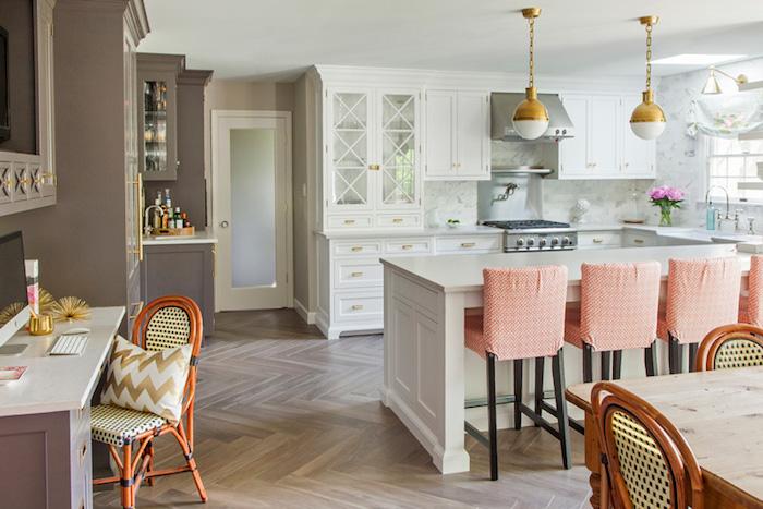 Cuisine avec salle à manger et coin bureau couleur taupe, couleur vintage, maison de campagne cuisine vintage blanche, cool bar avec chaises hautes à l'ancien