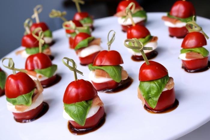 brochette apero dinatoire, tomates cerises avec fromage et saumon fumé, plateau blanc