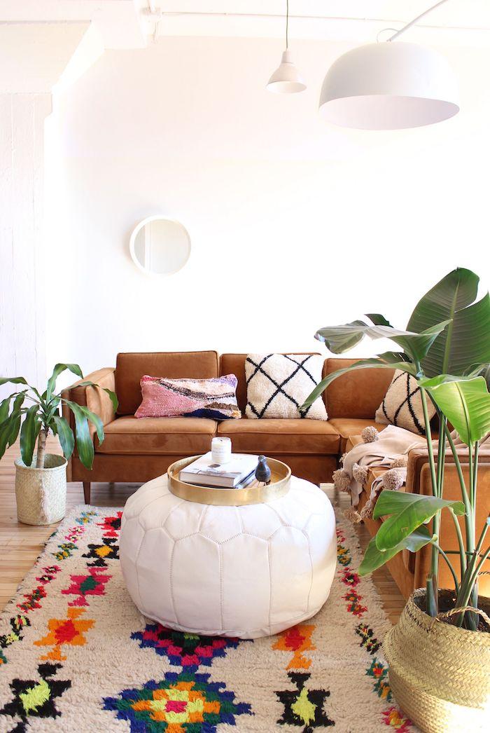 Tapis coloré, pouf blanc style marocain, coussin boheme, déco berbère, aménagement chambre, canapé style rétro en cuir