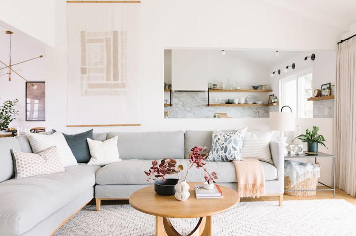 Table basse salon, table ronde en bois, canapé en angle, intérieur moderne, deco ethnique, deco boheme, aménagement salon berbère