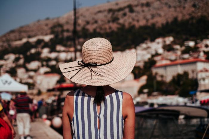 capeline femme, robe rayée, tenue de vacances, chapeau de paille femme à larges bords, chapeau d été pour femme