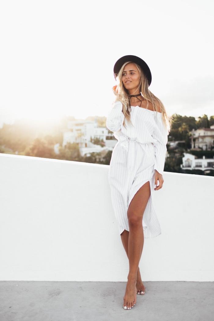 tenue style bohème en robe col bateau avec fente sur le côté, idée look bohème chic femme avec robe blanche et capeline noire