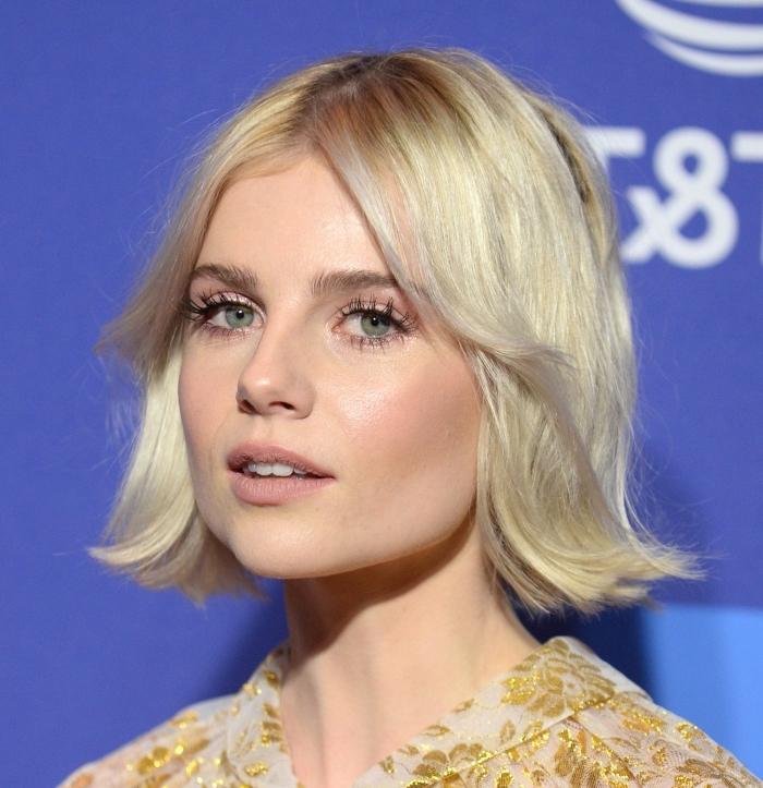 quelle coiffure facile et rapide pour cheveux en carré mi long, exemple carré avec pointes ondulées et frange rideaux