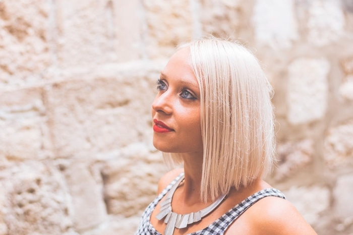 idée coupe carré long sur cheveux lisses, couleur de cheveux blond froid, maquillage avec rouge à lèvre rouge mate