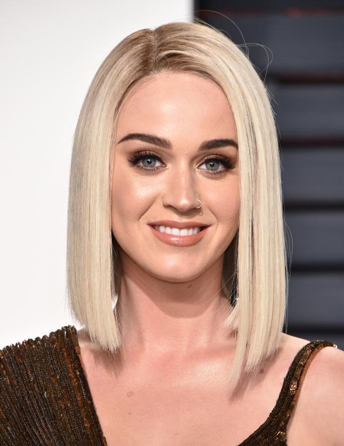 Katy Perry avec coupe carré plongeant de couleur de cheveux blond blanc avec racines châtain, idée coupe mi long