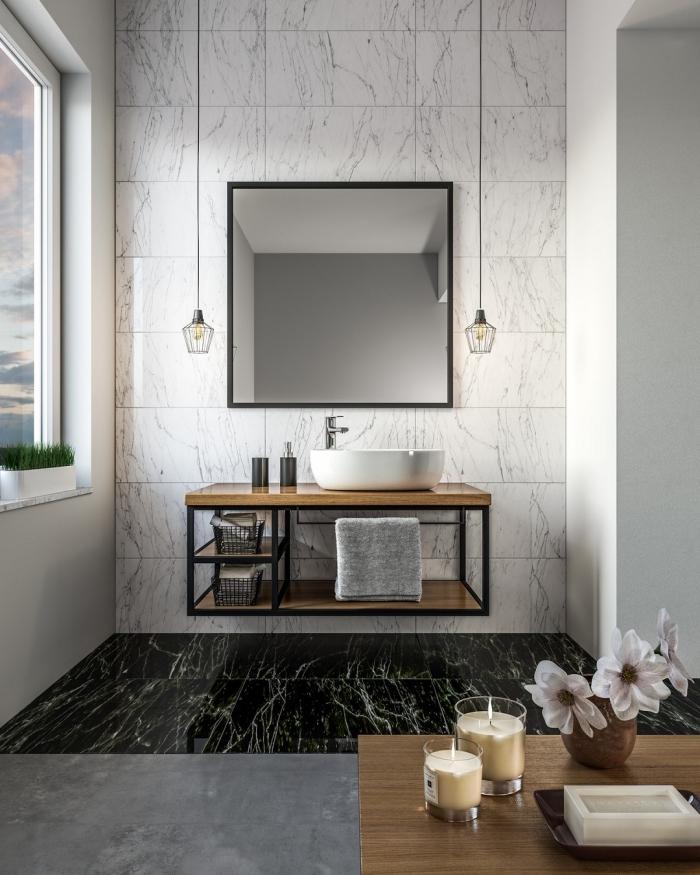 design intérieur salle de bain luxueuse aux murs en carreaux effet marbre avec sol en dalles noirs et meuble bois