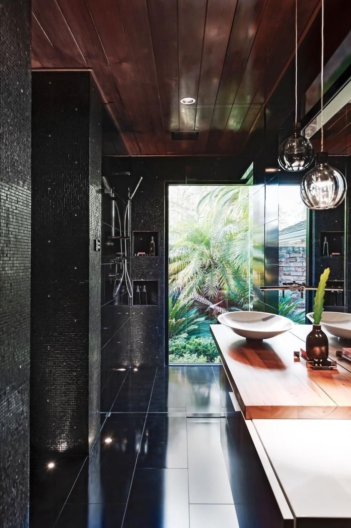 décoration salle de bain noire au plafond bois avec meuble sous vasque bois laqué, idée petite lavabo moderne