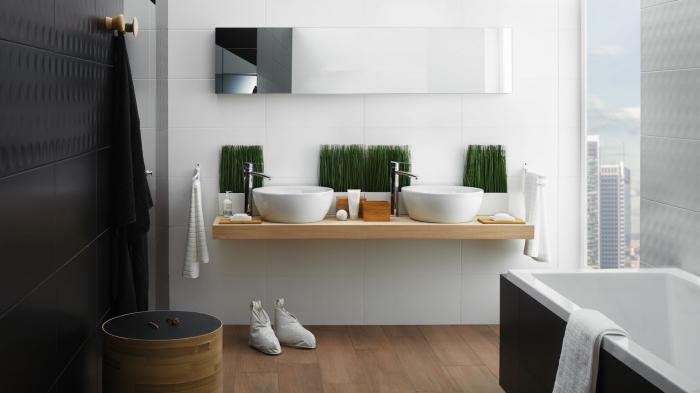 idée salle de bain en blanc et noir avec plancher en bois, modèle de baignoire autoportante moderne en blanc et noir