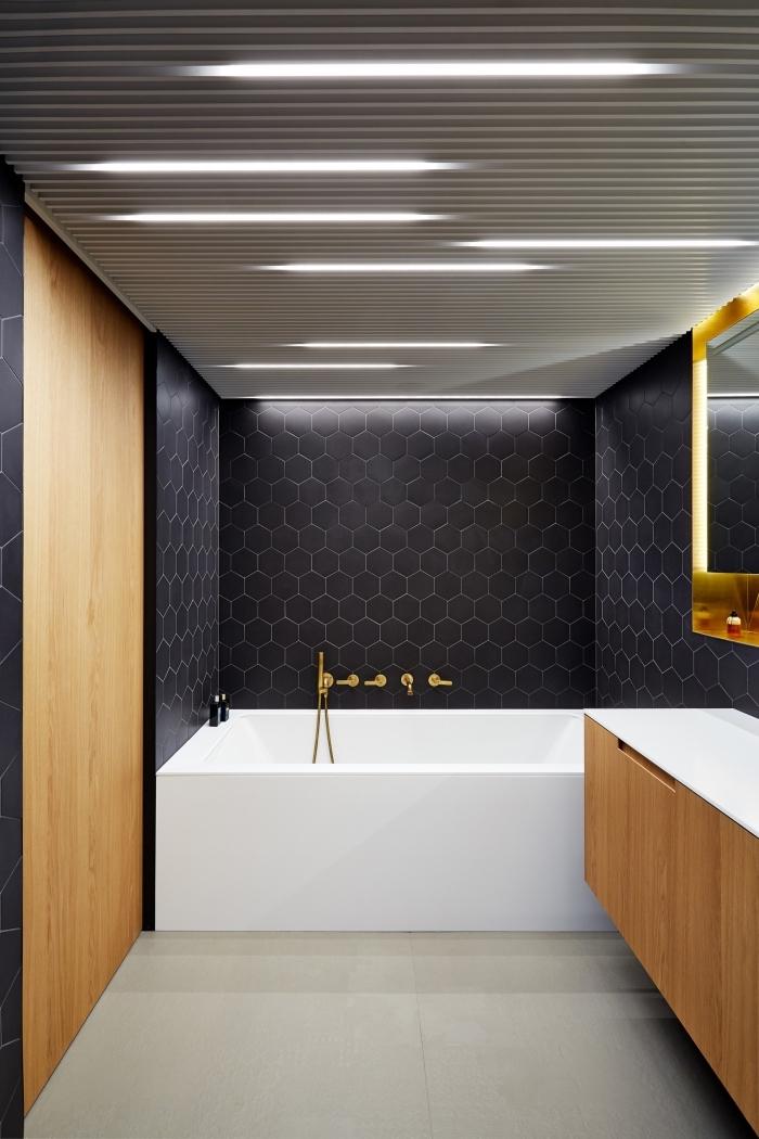 agencement salle de bain en longueur, design intérieur moderne dans une salle de bain noir et bois avec baignoire blanche et plancher beige