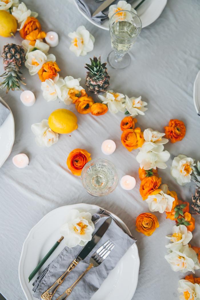 chemin de table guirlande florale, assiettes blanches, nappe blanche, décoration table mariage