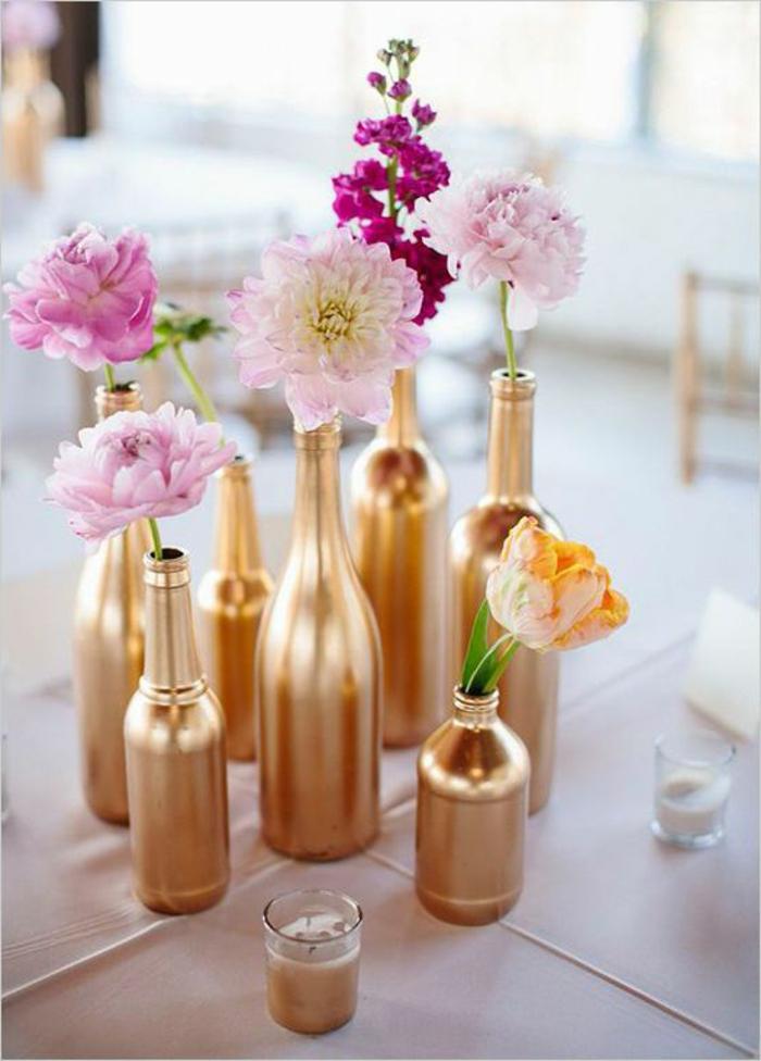 bouteilles décorées comme vases, déco de table couleur or, centre de table joli et créatif