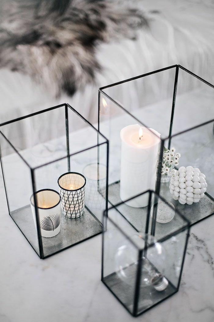 bougeoirs cubiques, bougies blanches, porte-bougies graphiques et objets déco, deco table scandinave