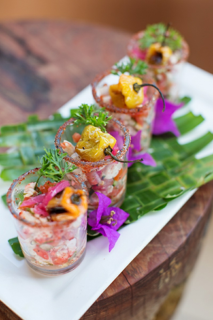 verrines apéro, morceaux de poissons, repas asiatique spécial, verrines joliment garnies de légumes et de fleurs