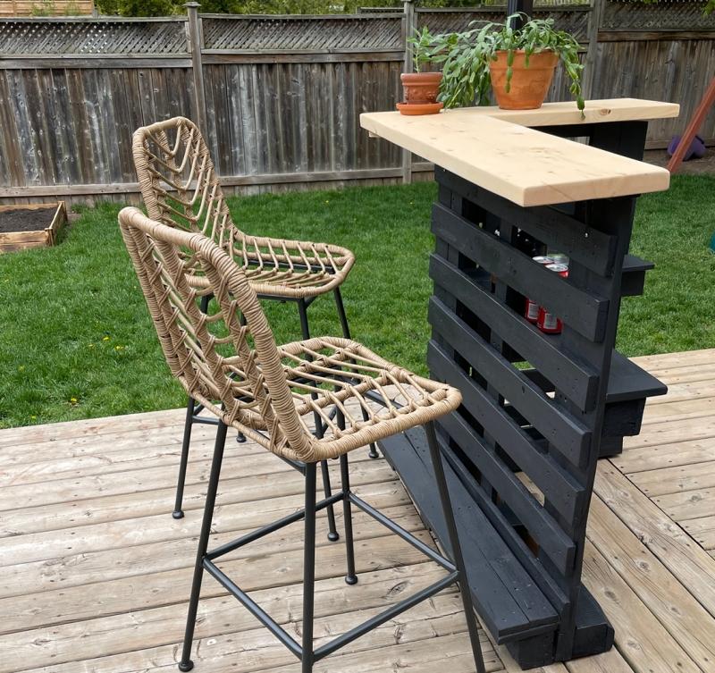 chaise de bar rotin diy meuble extérieur palette peinture noire