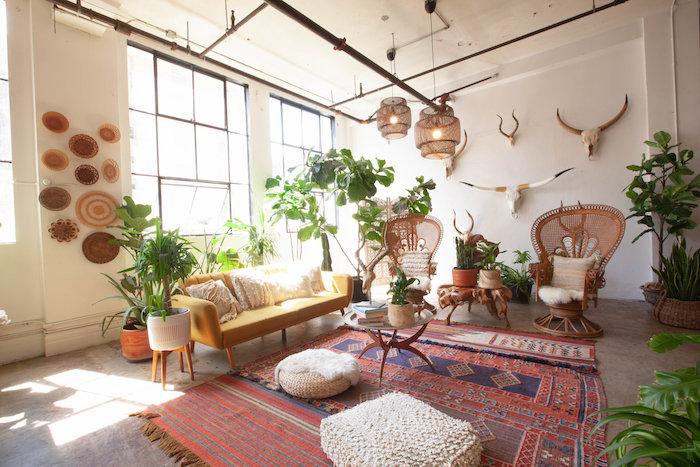 canapé jaune, suspension tressées, coussins de sol blancs, tapis oriental, chaises cannage marron, deco ethnique loft