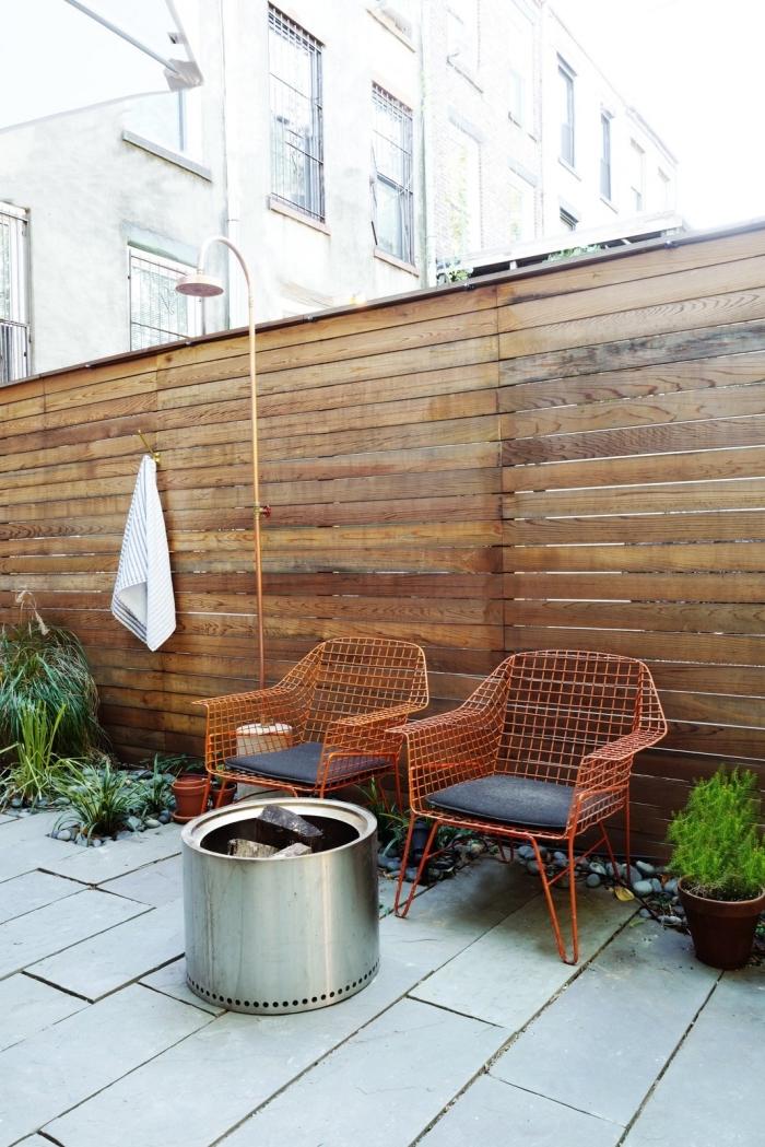 comment décorer espace autour de piscine avec douche mobile en métal, exemple de chaise de jardin en métal