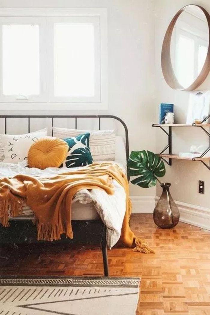 Chambre à coucher déco nordique style boheme chic, chambre boheme moderne, miroir ronde en haut de deux étagères de rangement ouvertes
