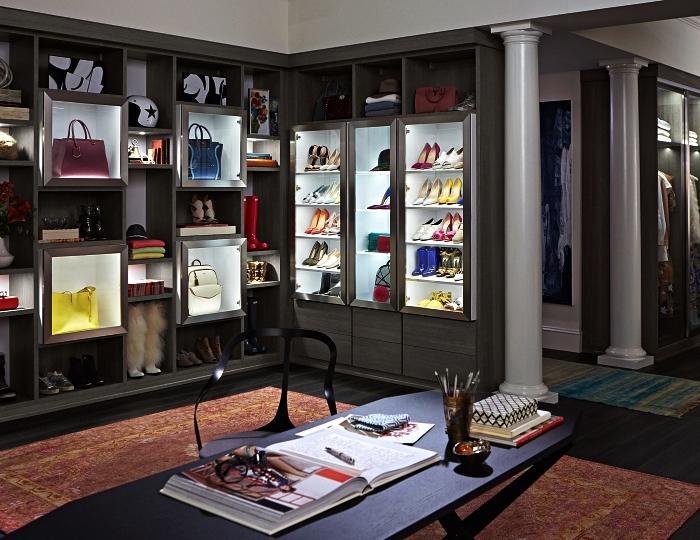 pièce dressing de luxe avec espace bureau et des rangements sur mesure, étagères et meuble vintrine pour ranger ses chaussures