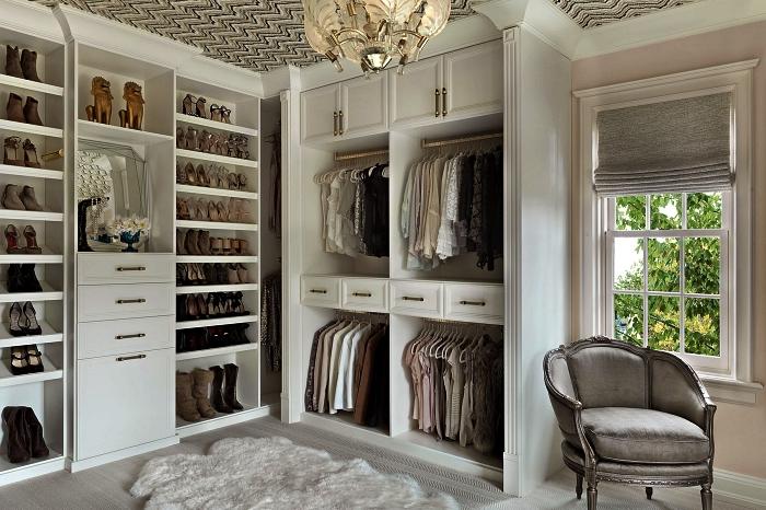 dressing de luxe avec système de rangement de meubles ouverts et semi-ouverts, étagère range chaussures pour dressing