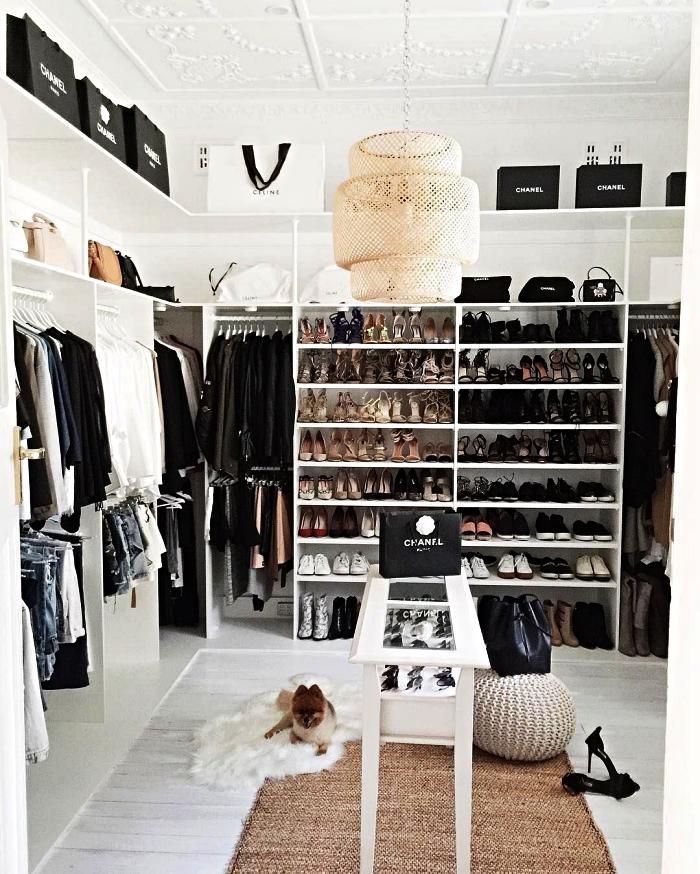pièce dressing avec système de rangement d'étagères et penderies, dressing avec etagere a chaussure