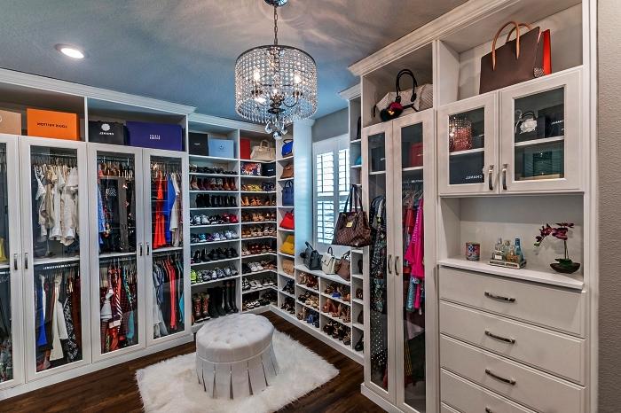 pièce dressing avec rangements multiples pour chaussures et vêtements, meubles de rangement pour dressing avec compartiments pour chaussures