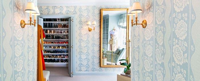 fabriquer un dressing dans un placard existant en installant des étagères murales, placard à chaussures dans le couloir