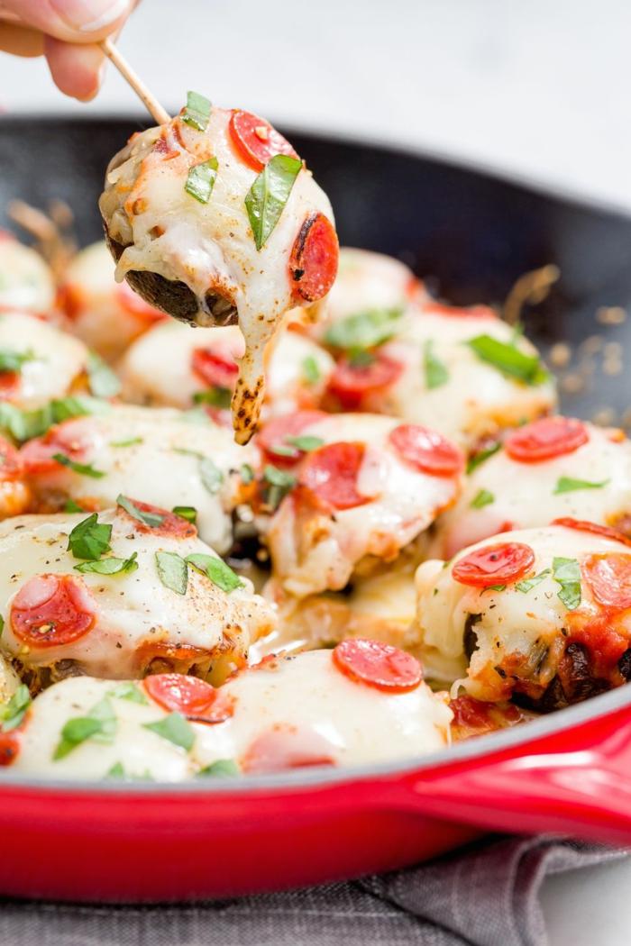 champignons farcis à la mozarella, fromage, tomates cerises, herbes fraîches, pâte phyllo