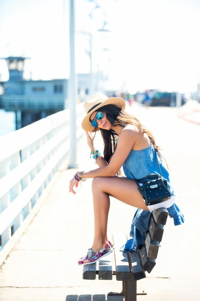 tunique bleue, sneakers bariolés, chapeau de paille femme, lunettes de soleil, bracelets bohèmes