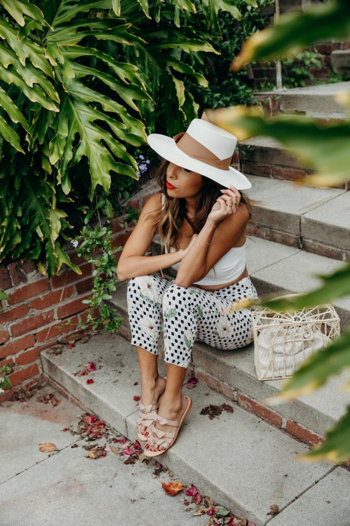pantalon été chic, chapeau blanc, ruban marron, sac panier original, débardeur blanc, grande plantes vertes, escalier
