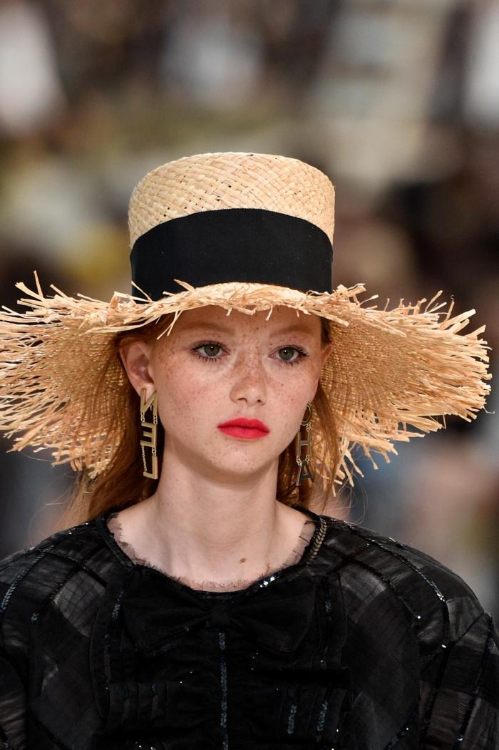 chapeau été femme, chapeau bords déchirés paille, boucles d oreilles géométriques, chapeau paille femme