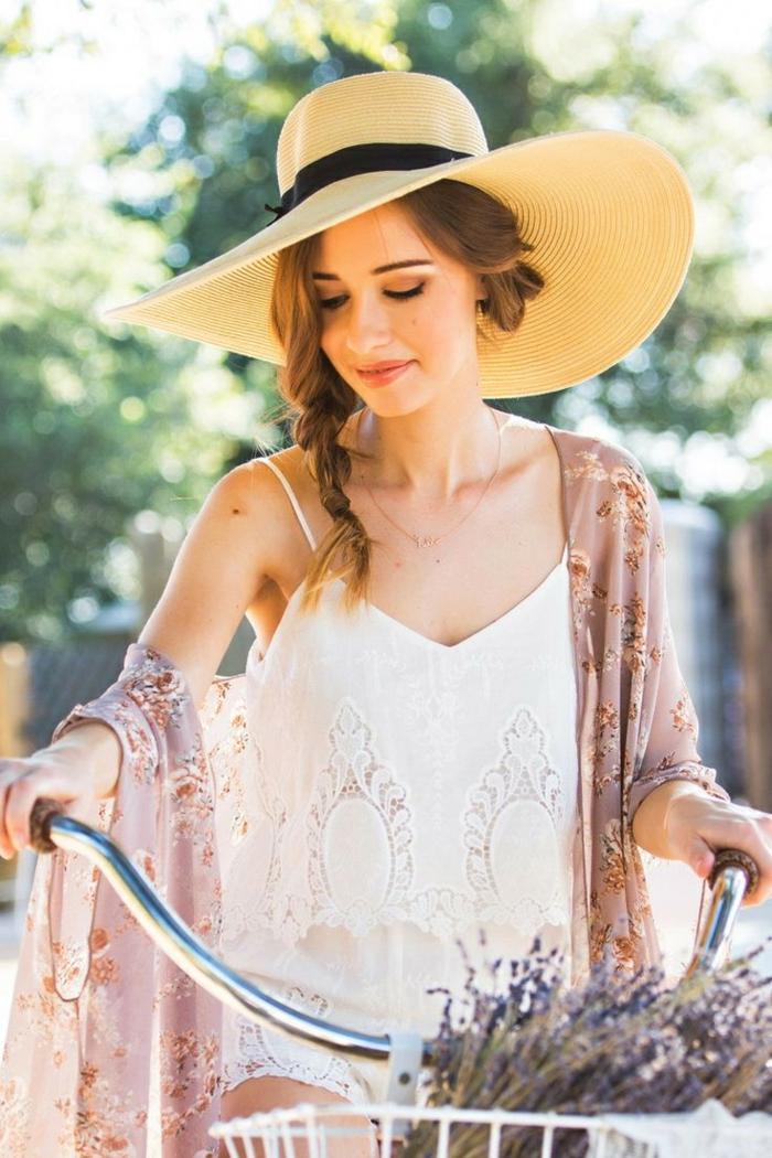 grande capeline femme, tenue féérique, femme avec vélo, bouquet de lavande, chapeau d'été pour femme