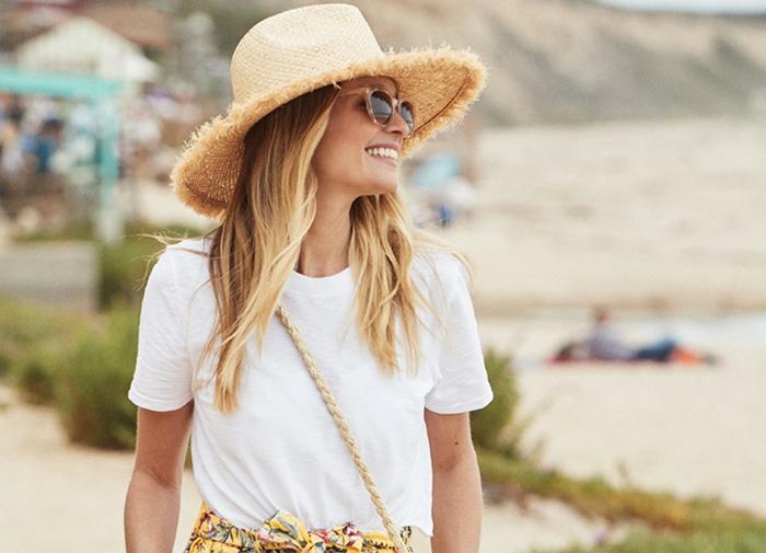 chapeau de paille femme bord déchiré, lunettes de soleil élégantes, sac bandoulière chaîne, t shirt blanc