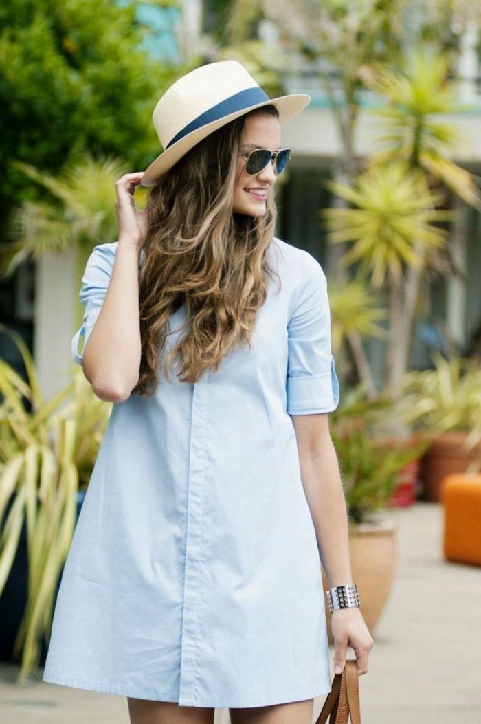 robe chemise femme été, chapeau panama, lunettes de soleil, bracelet métallique, cheveux châtains, sac marron