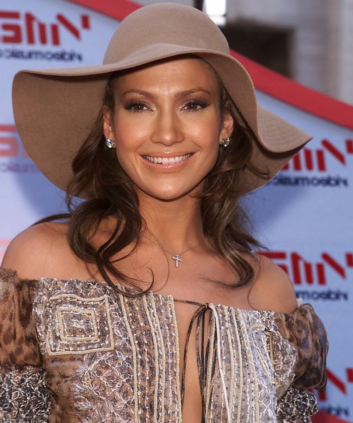 Jennifer Lopez avec chapeau feutre femme, tunique ethnique, collier pendentif croix, cheveux demi attachés
