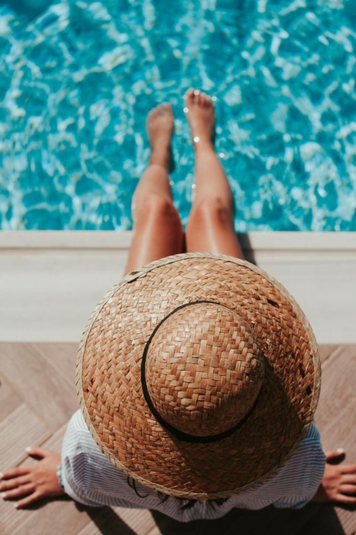chapeau pour femme été, chapeau avec périphérie, eau bleue et soleil, chemise blanche