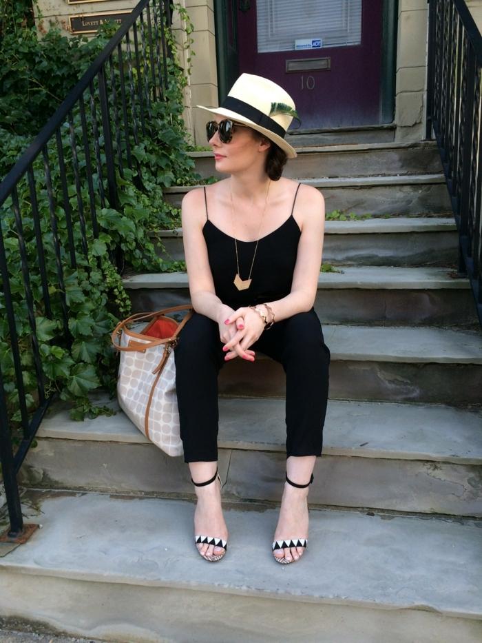 chapeau panama femme, collier, combinaison noire, grand sac à main tissu et cuir, escalier, verdure rampante