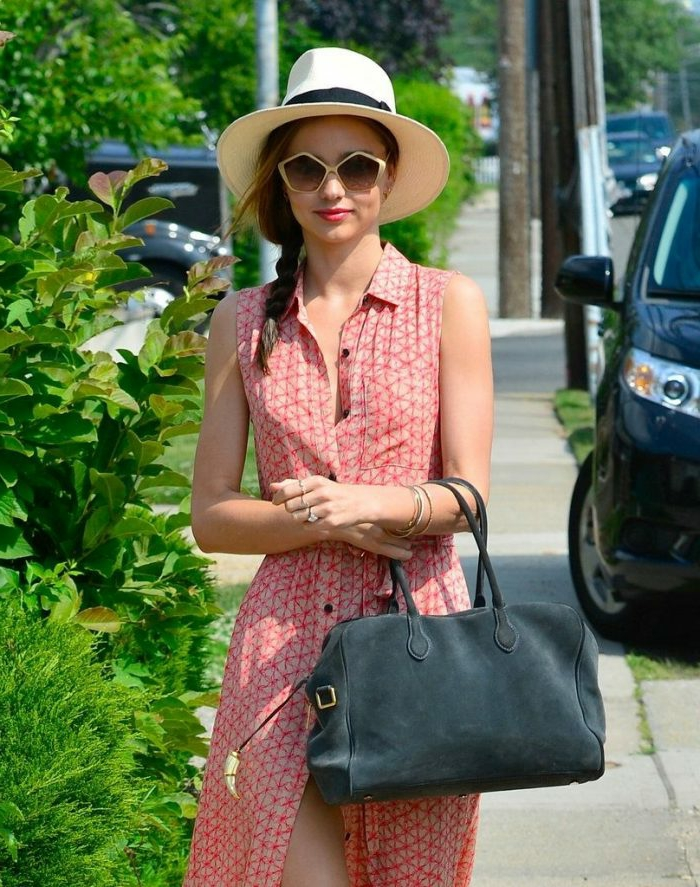 chapeau femme été, chemise rouge et blanche, sac à main gris, coiffure en tresse, lunettes de soleil forme originale