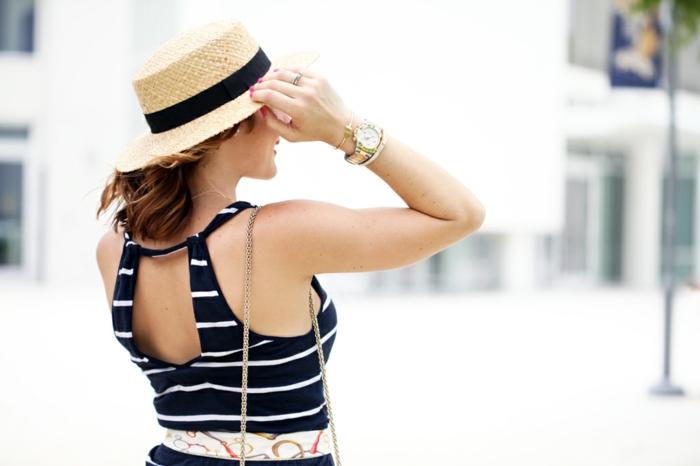 robe rayée femme, chapeau de paille femme, montre e luxe, bracelets, cheveux châtains, sac bandoulière chaîne