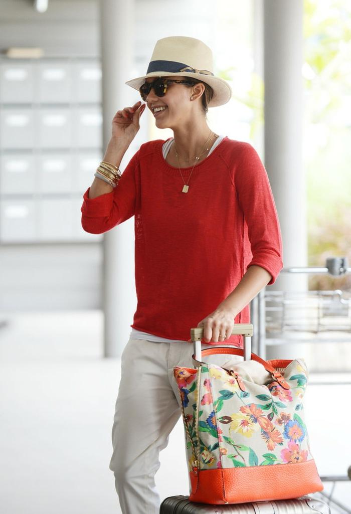 comment porter un chapeau fédora, chignon, lunettes de soleil, bracelets, sac de voyage floral