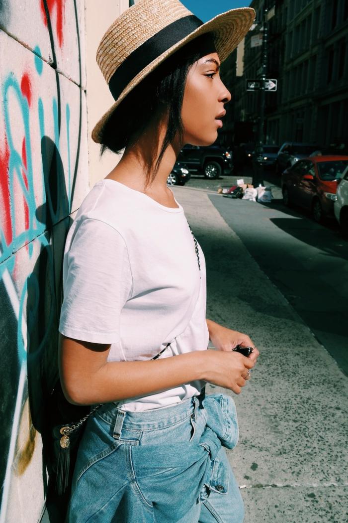 chapeau été femme, chapeau panama, chapeau en paille, t-shirt blanc, tenue streetstyle été