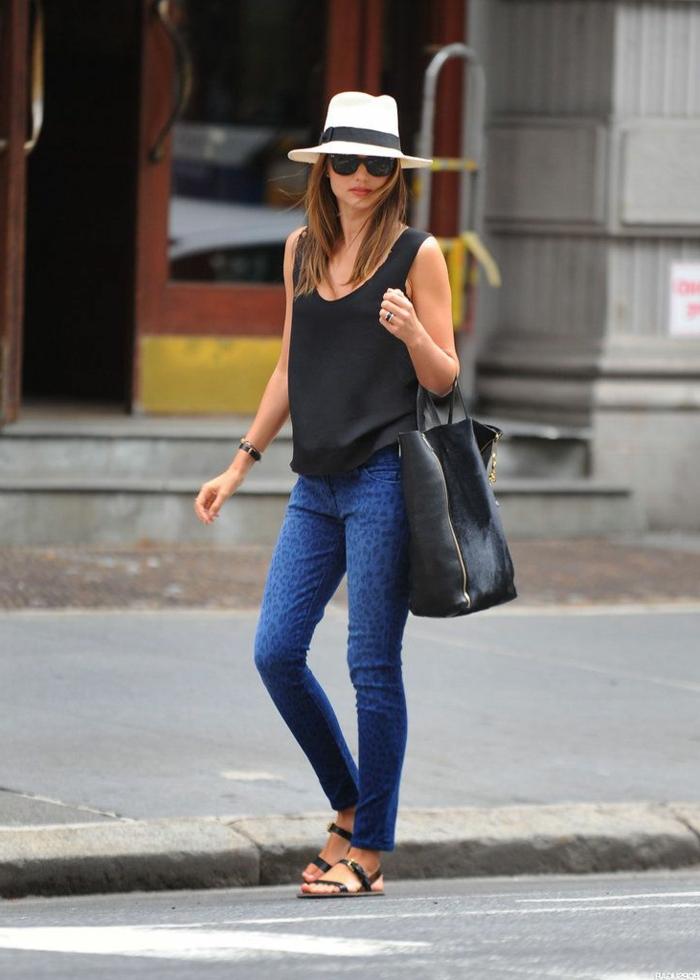 chapeau femme panama, pantalon slim, débardeur noir, grand sac en cuir, chapeau été femme