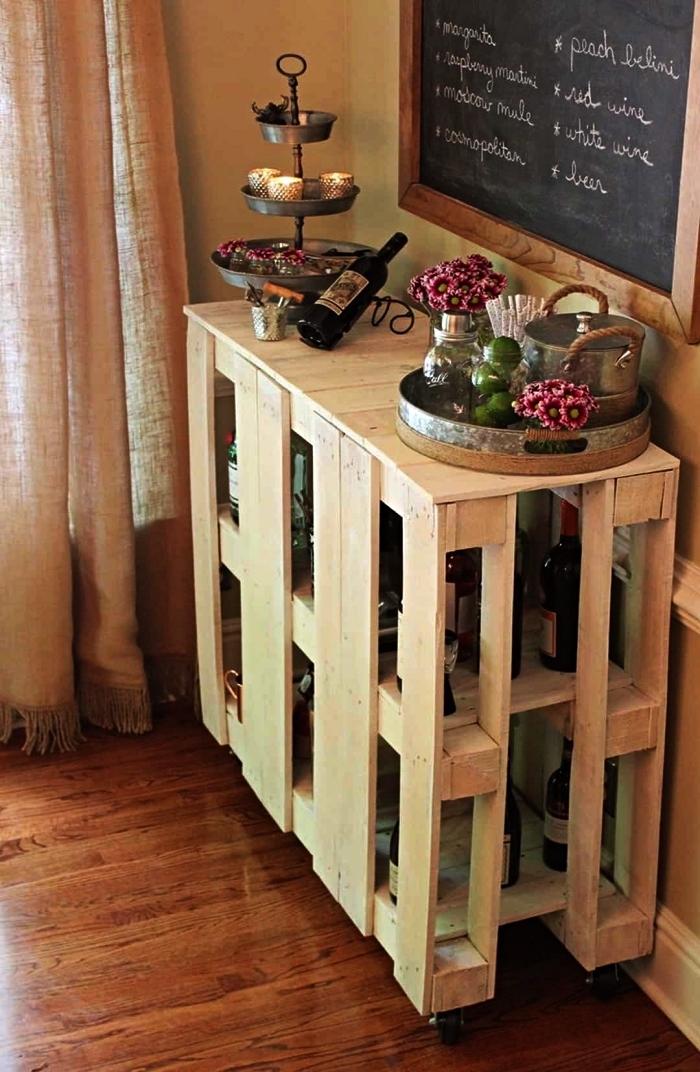 chariot de bar en palettes avec rangement pour bouteilles, idée pour aménager un coin bar dans le salon avec palettes