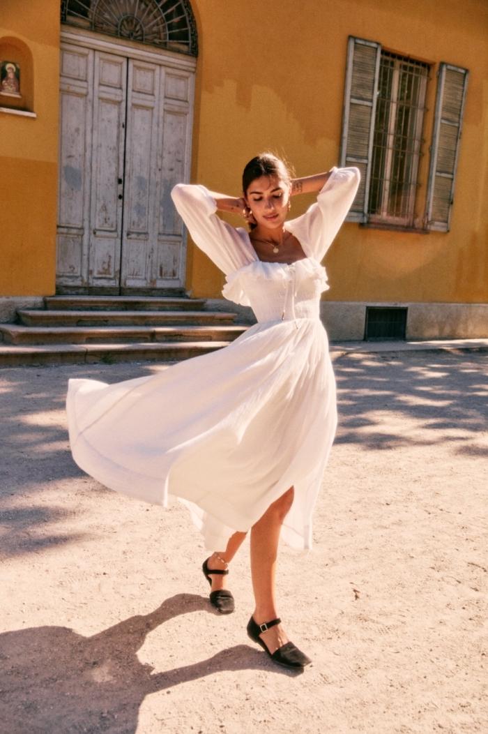 style vestimentaire femme gypsy, modèle de robe blanche aux manches longues avec fente sur le côté et bustier à volant