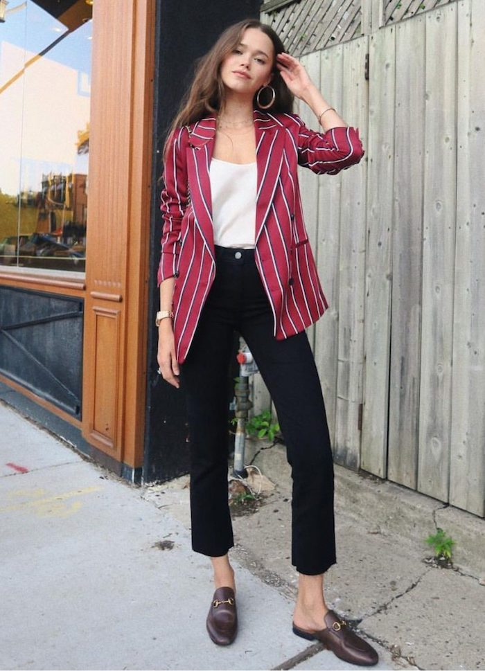 Modèle Valeria Liovetsky tenue décontractée chic jean noir et top blanc associés d'une veste rouge rayé