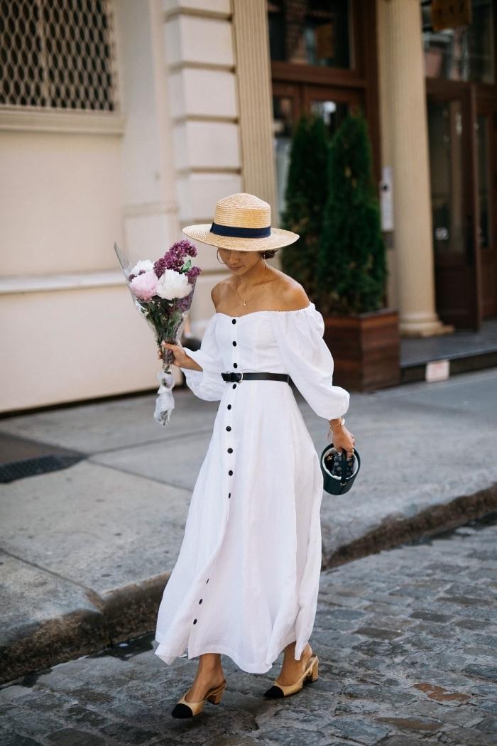 comment bien s'habiller avec une robe longue blanche et accessoires noires, modèle de robe épaules dénudées