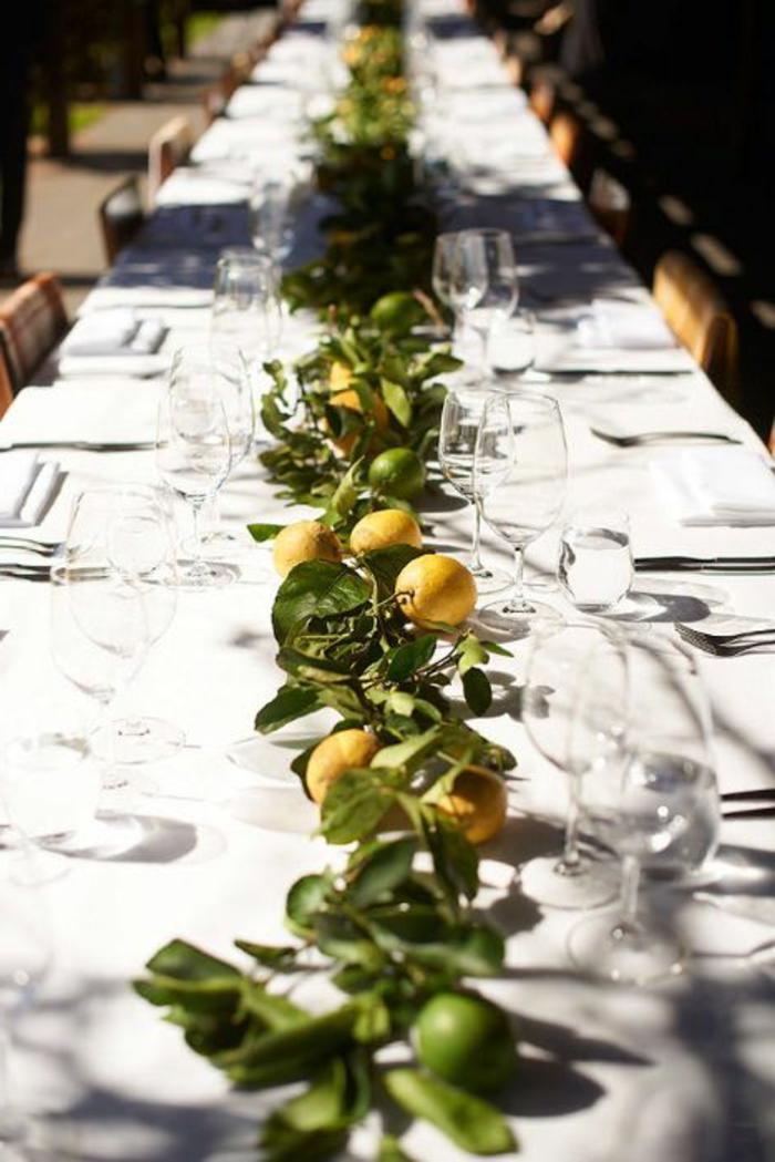 chemin de table avec citrons et feuilles, décoration table mariage champêtre, nappe blanche, chaises en bois