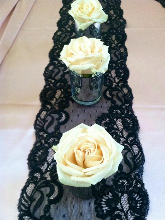 déco table à manger, chemin de table en dentelle noire, vases avec roses blanches rustiques